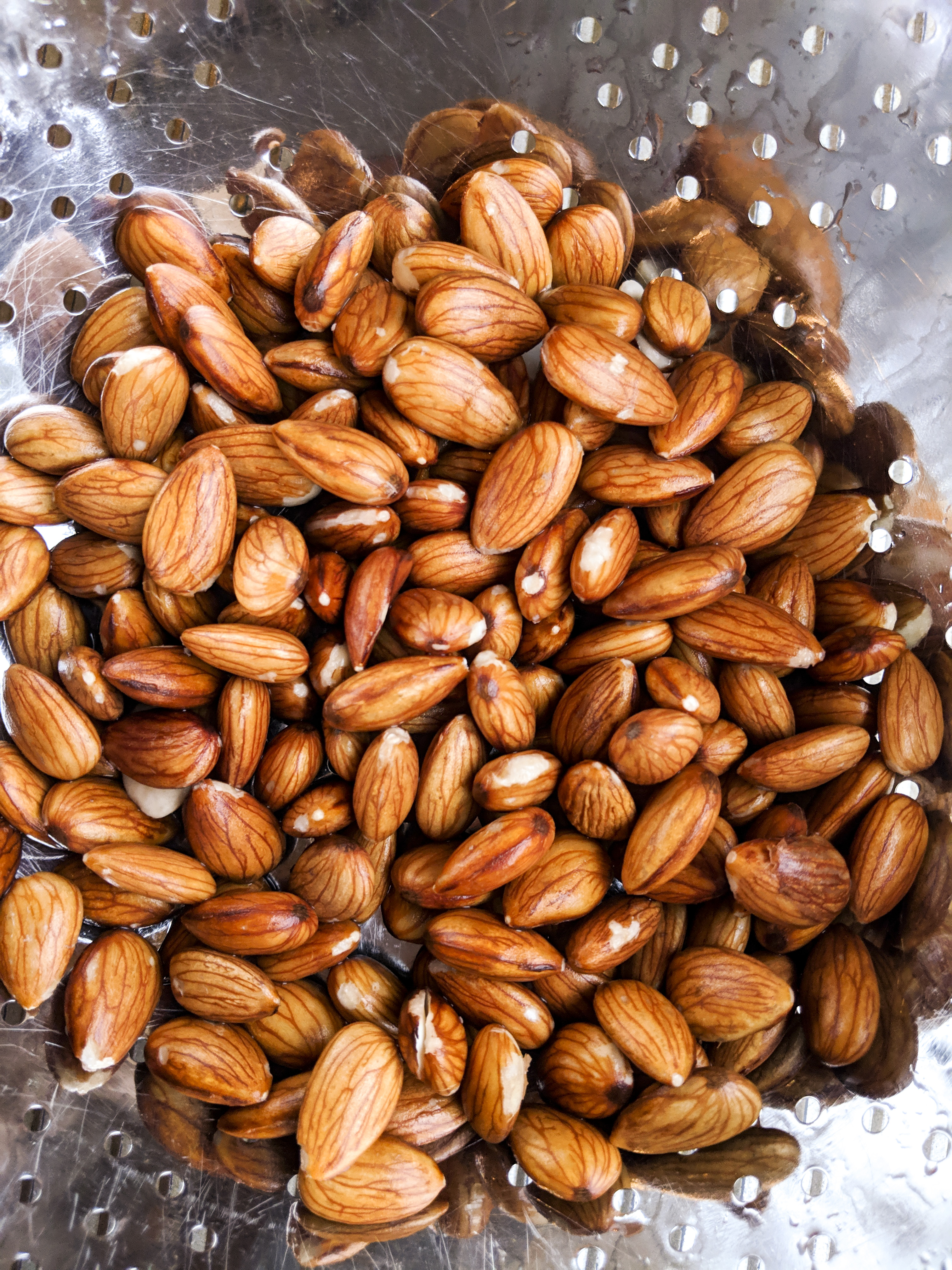 How to soak almonds to reduce anti-nutrients for the Plant Paradox diet.
