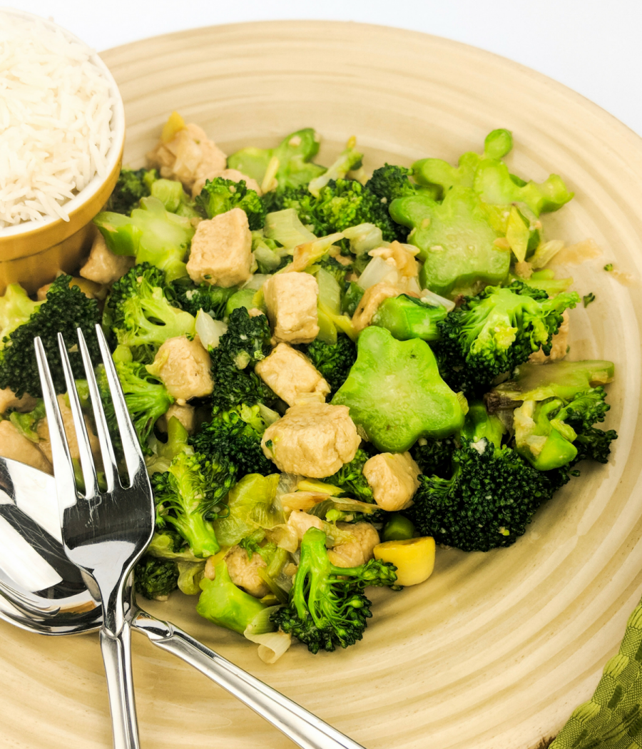 Plant Paradox chicken and broccoli stir fry with lectin-free ingredients.